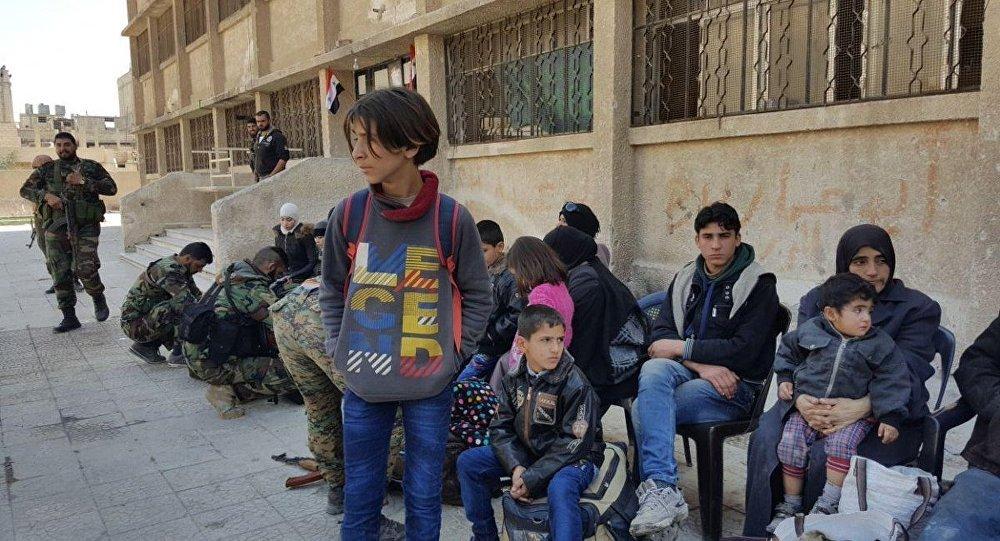 Il secondo gruppo dei civili hanno lasciato Duma in Siria attraverso il corridoio umanitario di Muhayam Al-Wafedin