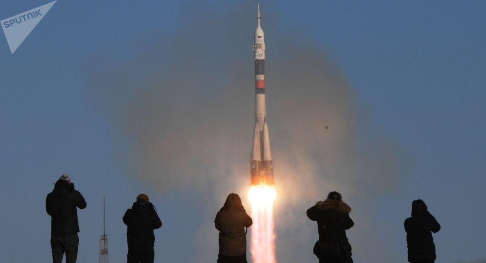 Il lancio di un razzo-vettore Soyuz-FG con a bordo la navetta pilotabile Soyuz MS-07 dal cosmodromo di Baykonur
