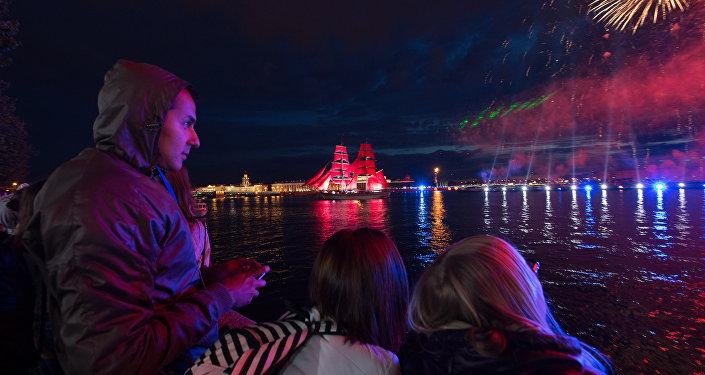 La folla sulle rive della Neva ammira il Veliero dalle vele scarlatte