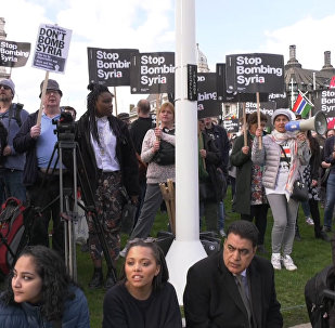 Proteste a Londra contro la decisione del primo ministro britannico Theresa May di ordinare l'attacco in Siria.