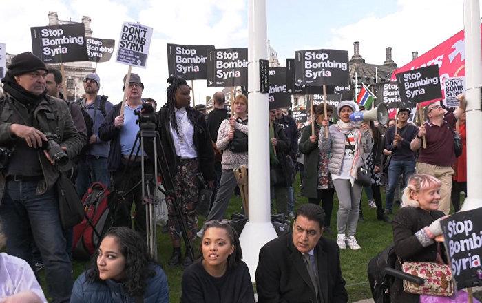 Proteste a Londra contro la decisione del primo ministro britannico Theresa May di ordinare l'attacco in Siria.