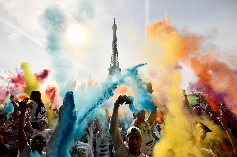 I partecipanti alla corsa Color Run 2018 di fronte alla torre Eiffel a Parigi, Francia.