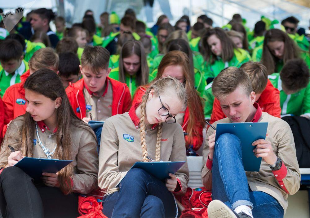 I partecipanti all'annuale azione istruttiva Dettato totale 2018 al centro internazionale per i bambini Artek.