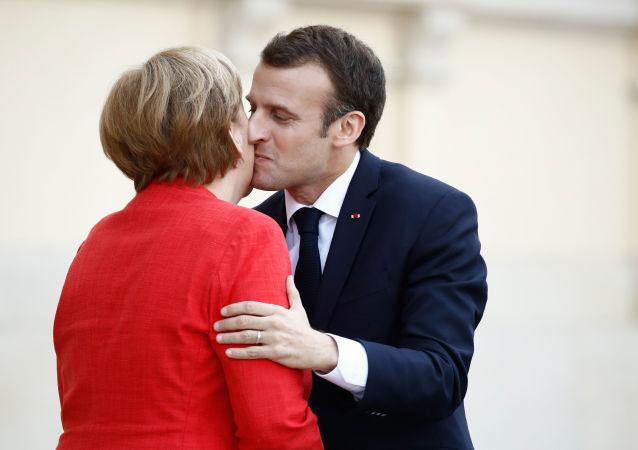 La cancelliera della Germania Angela Merkel e il presidente francese Emmanuel Macron visti durante il loro incontro a Berlino