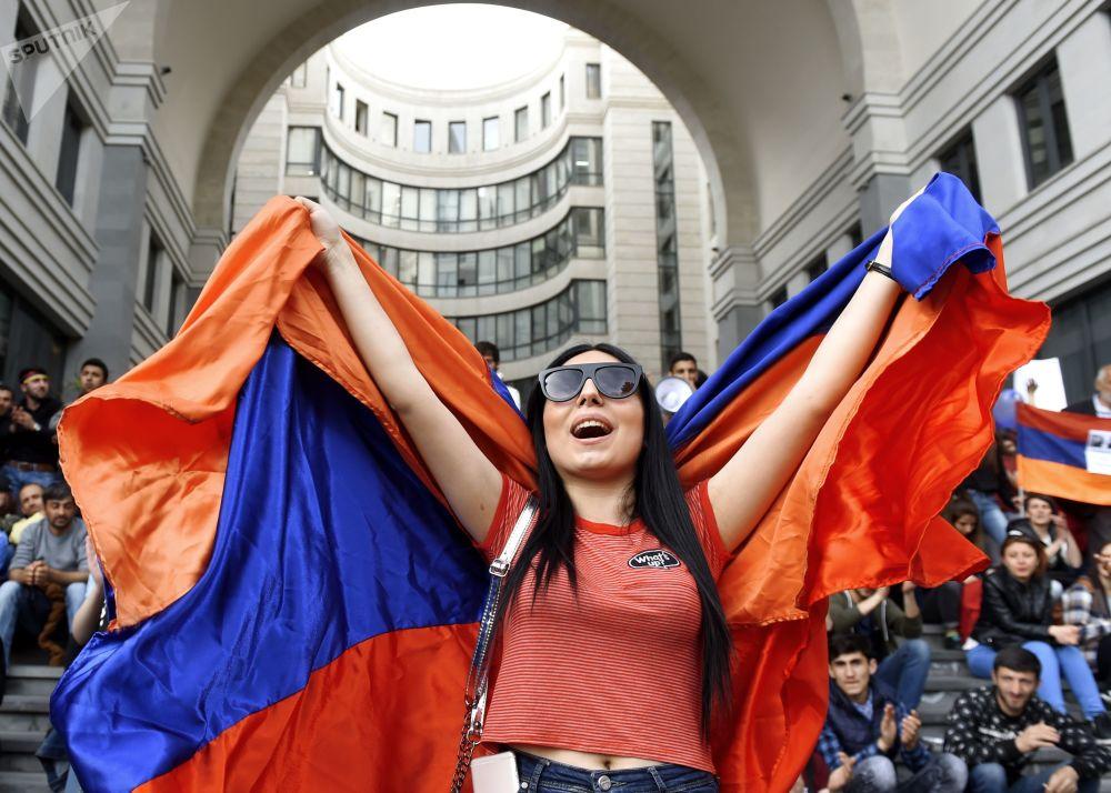 Una partecipante alle proteste dell'opposizione a Erevan.