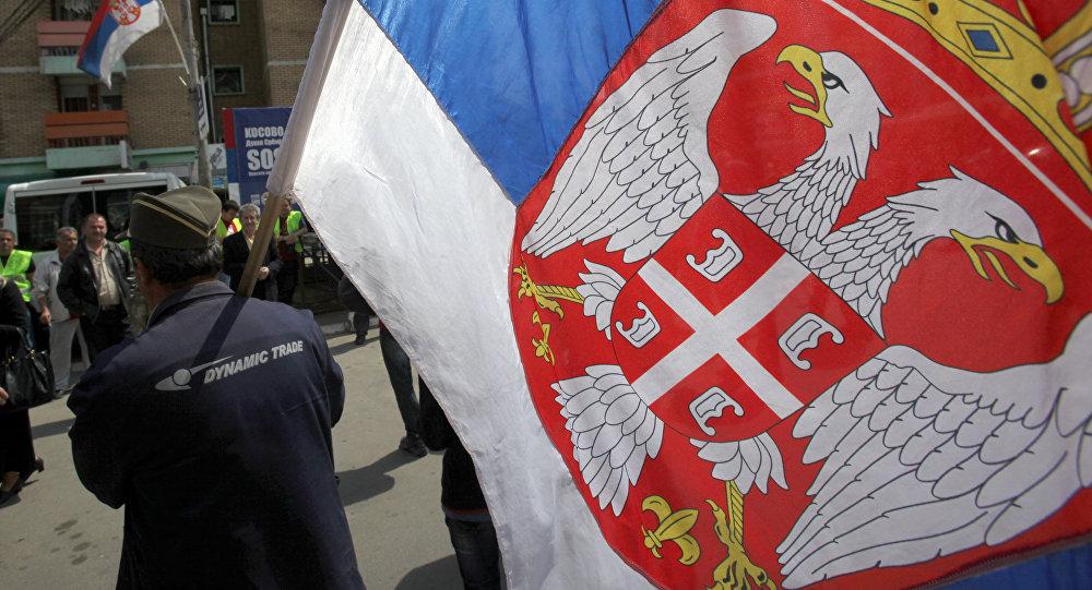 Serbo del Kosovo con la bandiera serba