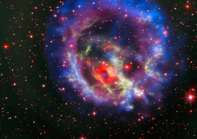 I residui della supernova 1E 0102.2-7219 situata nella Piccola Nube di Magellano, la galassia a noi più vicina.