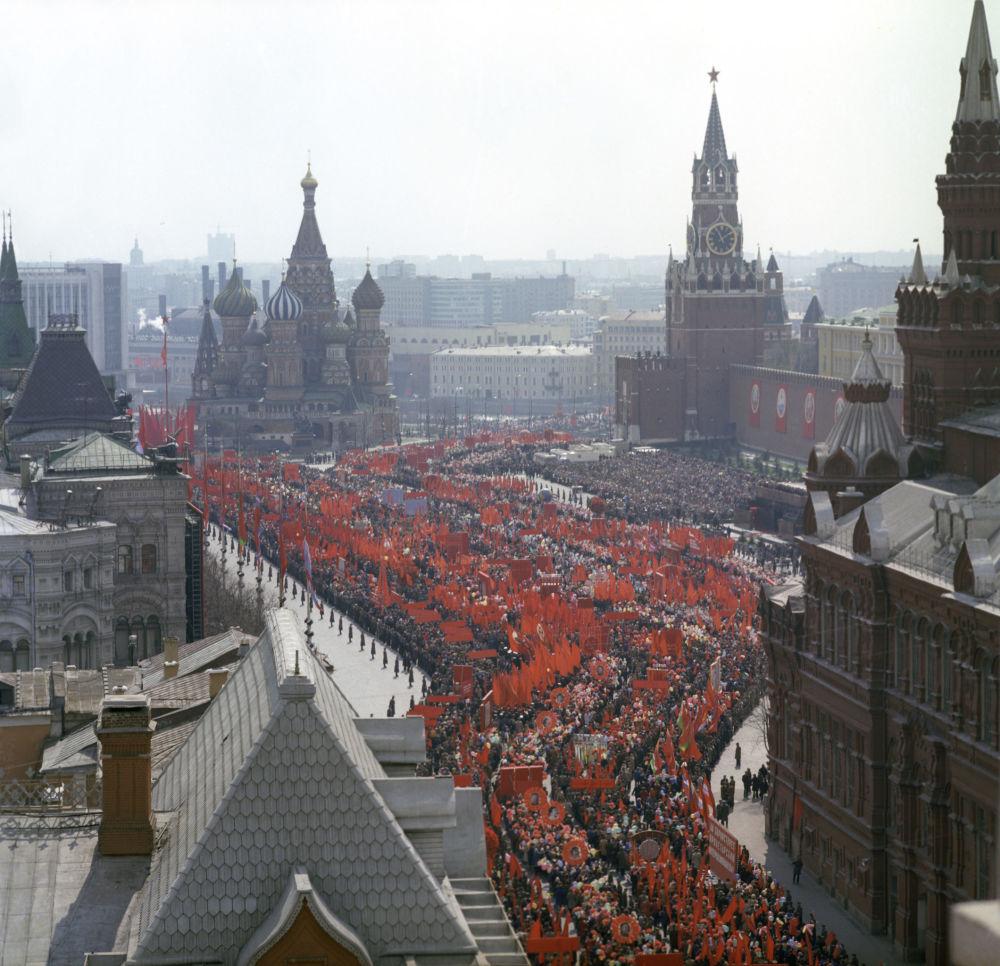 Le manifestazioni per la festa dei lavoratori in piazza Rossa il 1° maggio 1976.