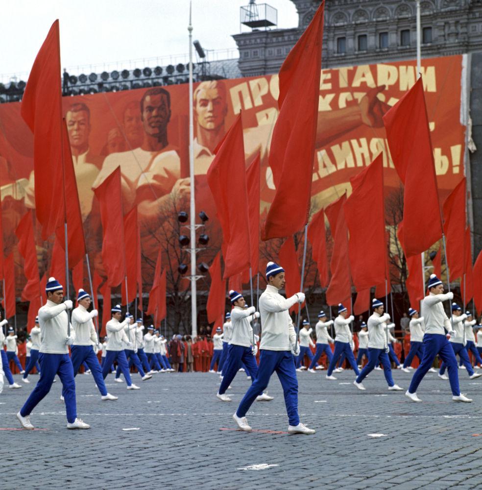 La parata degli adetti alla cultura fisica in piazza Rossa il 1° maggio 1972.