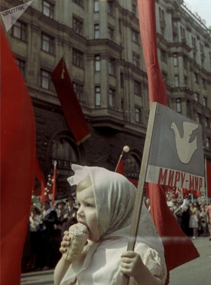 Alle manifestazioni del Primo maggio a Mosca, 1964.