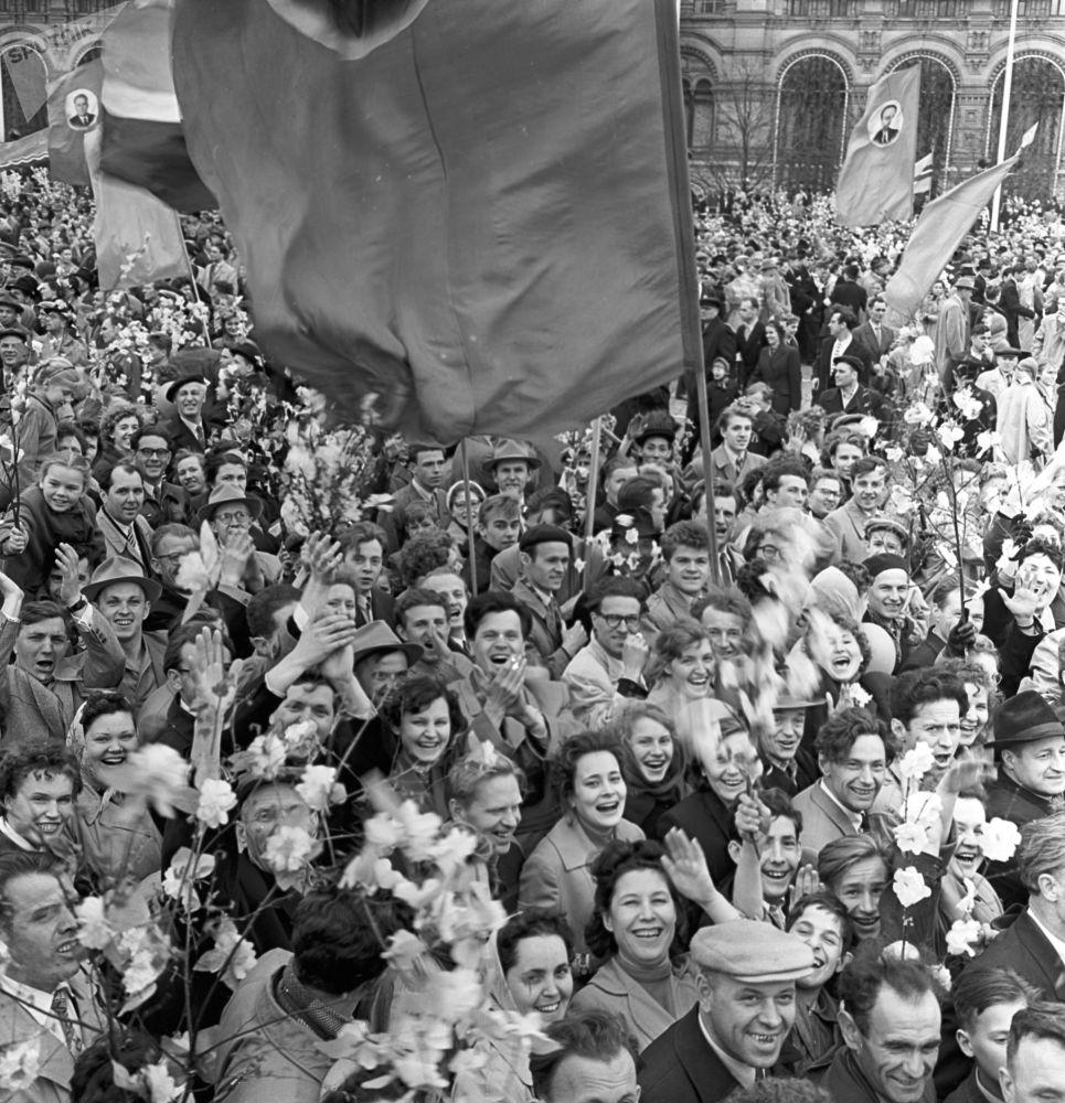 I partecipanti alle manifestazioni del Primo maggio in piazza Rossa, 1960.