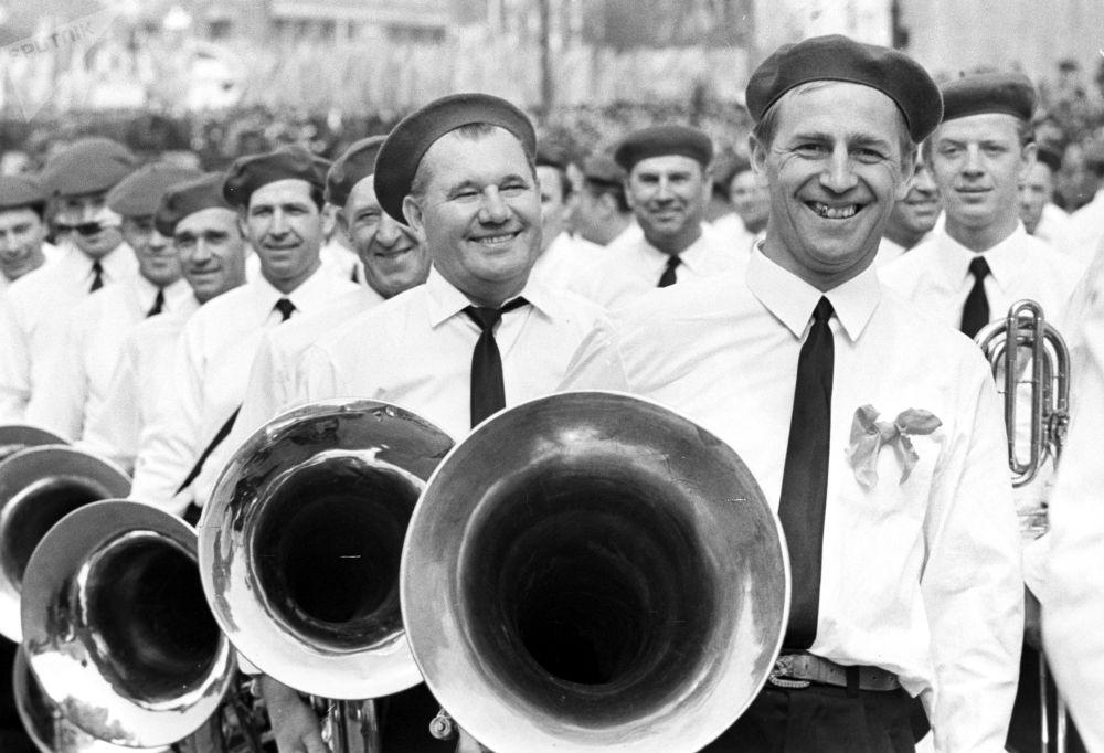 Musicisti di un'orchestra dei lavoratori prendono parte alle manifestazioni in piazza Rossa per il giorno della soliedarità internazionale dei lavoratori il 1° maggio 1969.