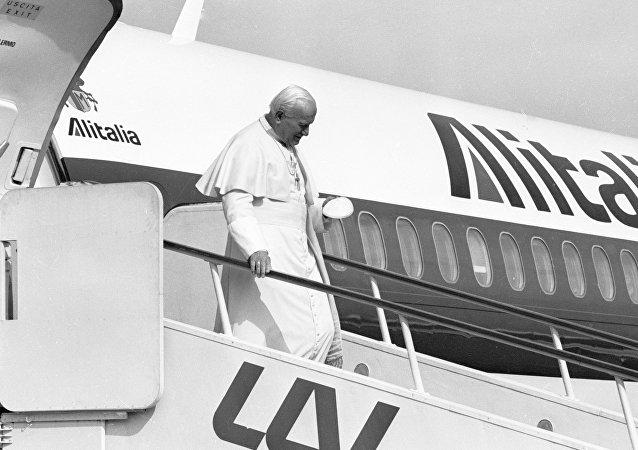 Il Papa Giovanni Paolo II sta scendendo da un aereo dell'Alitalia all'aeroporto di Vilnius