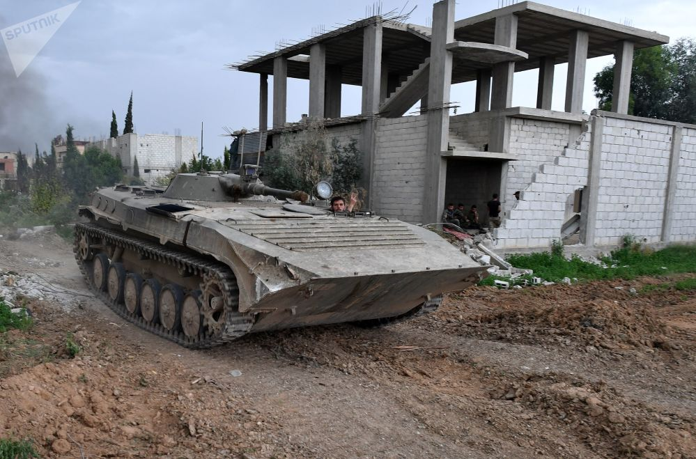Mezzi militari alla linea di contatto dell'esercito siriano arabo con l'ISIS nei pressi di Damasco.