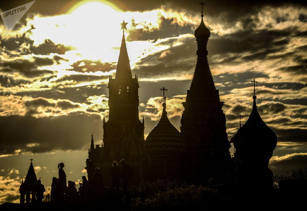 La veduta della Torre Spasskaya del Cremlino di Mosca e del cattedrale di San Basilio a Mosca.