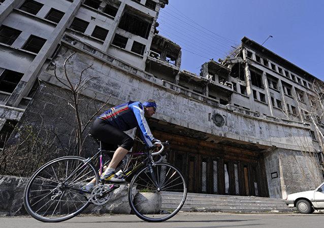 Edificio governativo serbo distrutto nei bombardamenti Nato del 1999 (foto d'archvio)