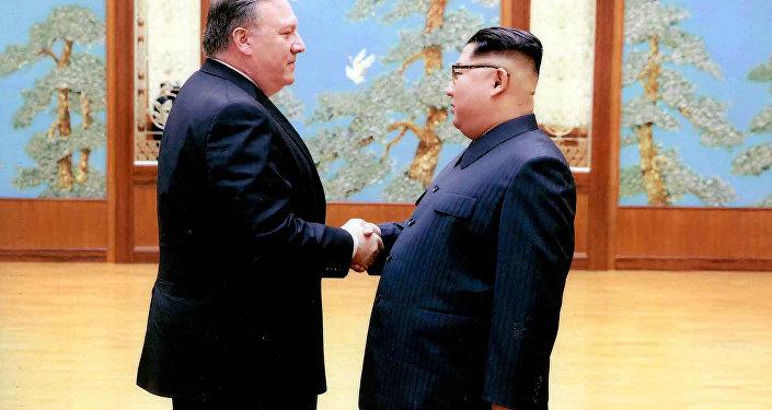 Mike Pompeo e il leader della Corea del Nord Kim Jong-un a Pyongyang (foto d'arhivio)