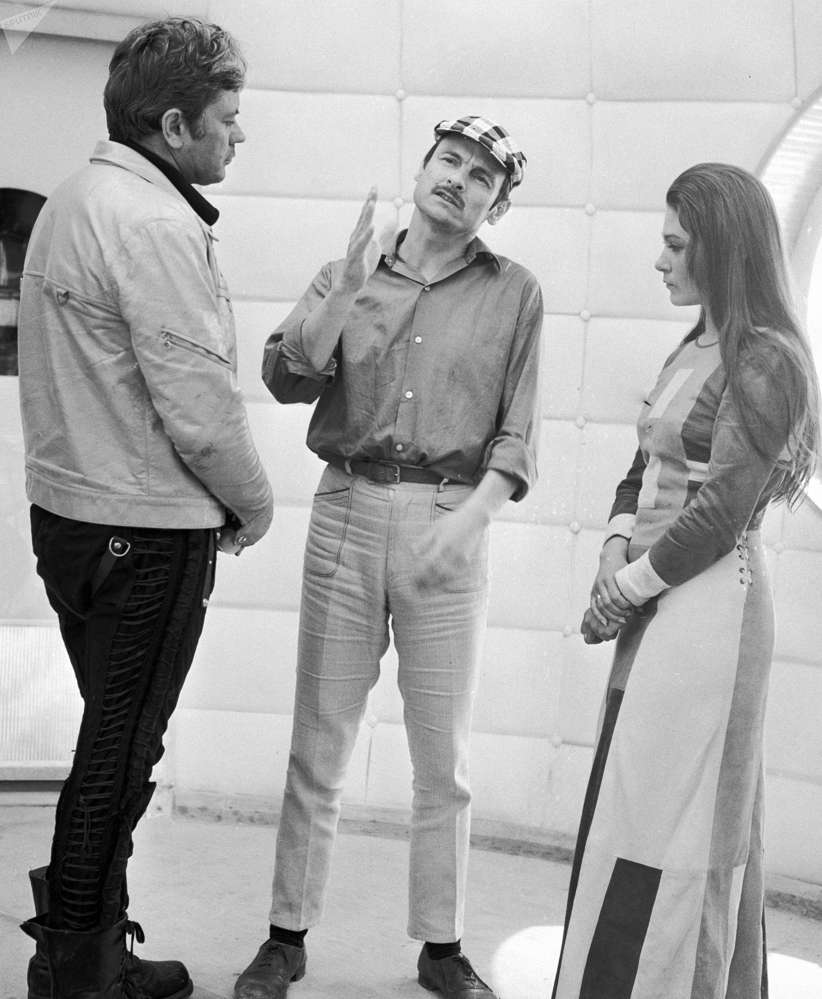 Il regista sovietico Andrej Tarkovskij (al centro), l'attore Donatas Banionis (a sinistra) e l'attrice Natalija Bondarchuk girano un episodio del film Solaris.