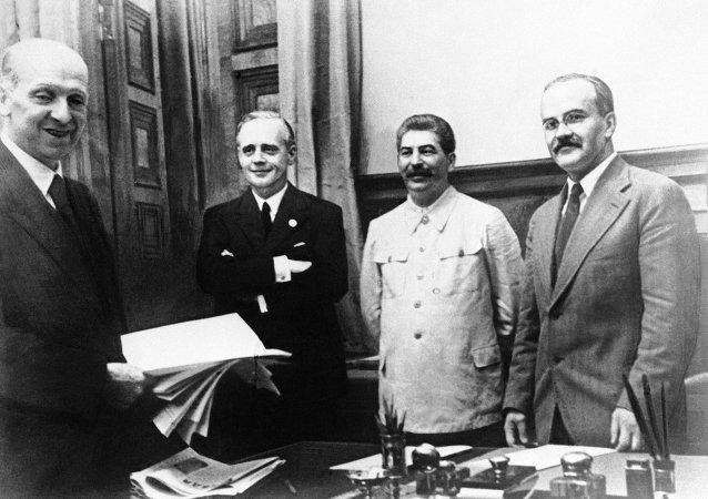 Firma del trattato da parte di Molotov alla presenza di Ribbentrop e Stalin, il 23 agosto 1939.