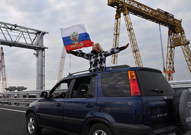 Macchina sul ponte di Crimea