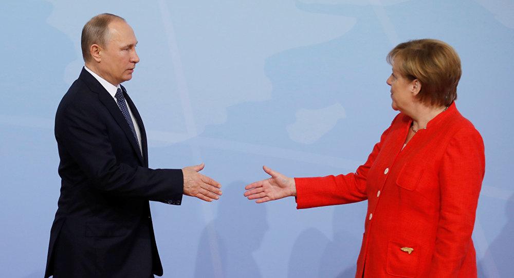 La cancelliere tedesca Angela Merkel e il presidente russo Vladimir Putin al summit G20 ad Amburgo (foto d'archivio)