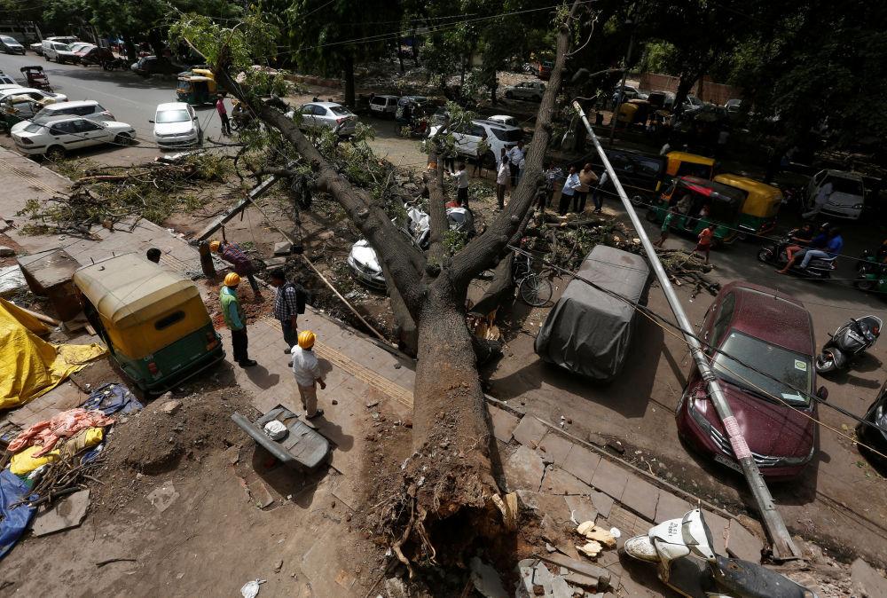 Le conseguenze di un uragano a New Delhi, India.