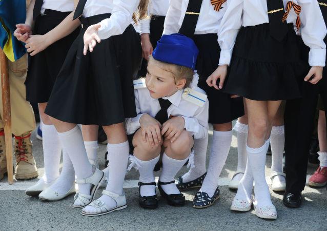Una parata delle truppe di bambini a Rostov sul Don, Russia.