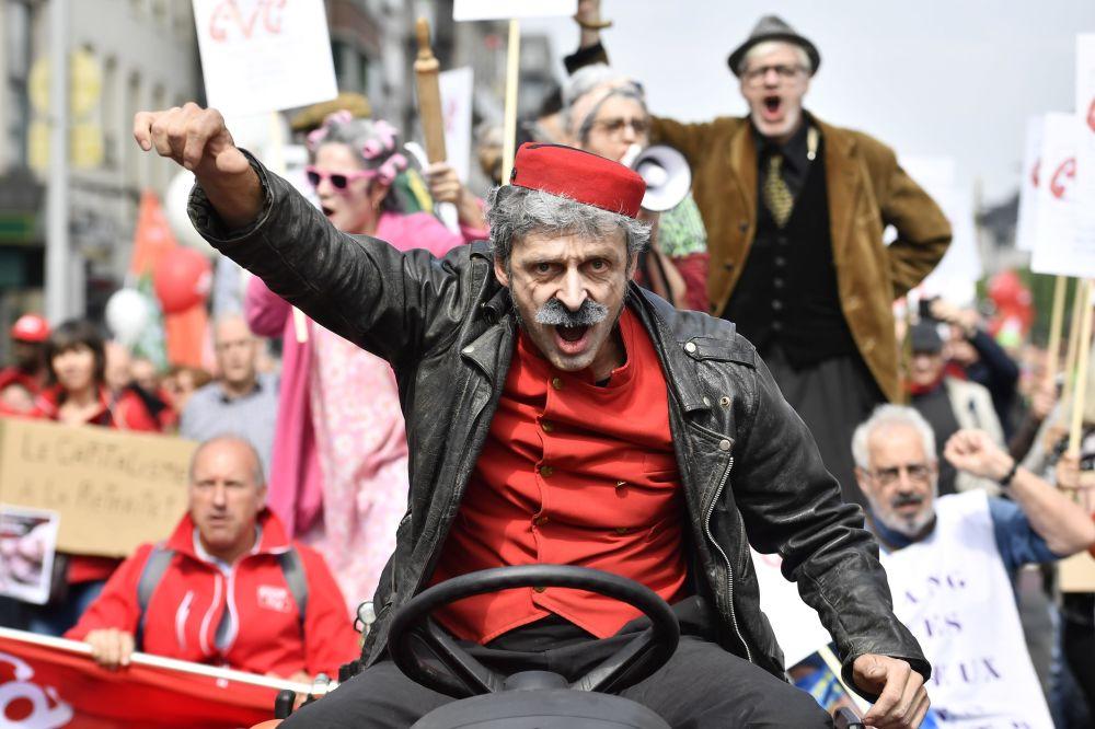 La manifestazione dei sindacati belga per l'incremento delle pensioni a Bruxelles.