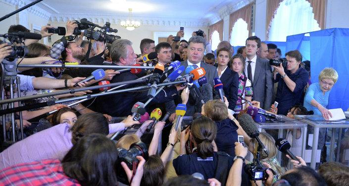 Petro Poroshenk parla ai media dopo aver votato a Kiev il 25 maggio 2014.