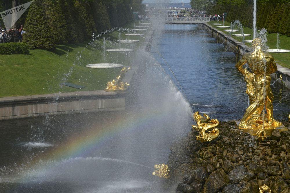 E' primavera, si accendono le fontane di Petergof
