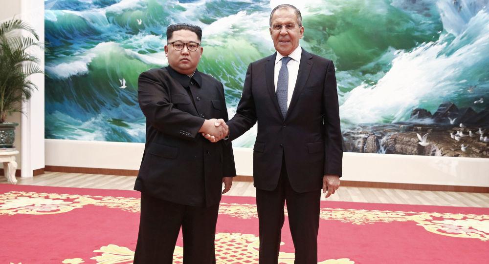Il ministro degli Esteri russo Sergei Lavrov e il leader della Corea del Nord Kim Jong-un si sono incontrati a Pyongyang.