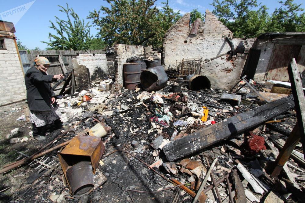 Le conseguenze di un bombardimento di una casa a Dokuchaevsk, regione di Donetsk.