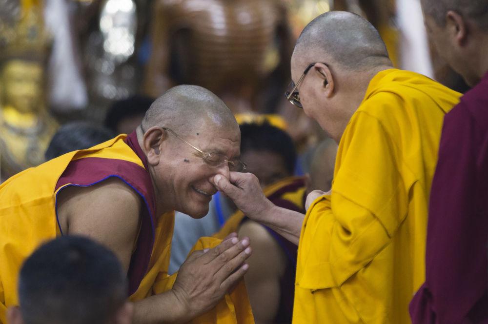 La guida spirituale del buddismo tibetano durante l'incontro con i giovani di Tibet.