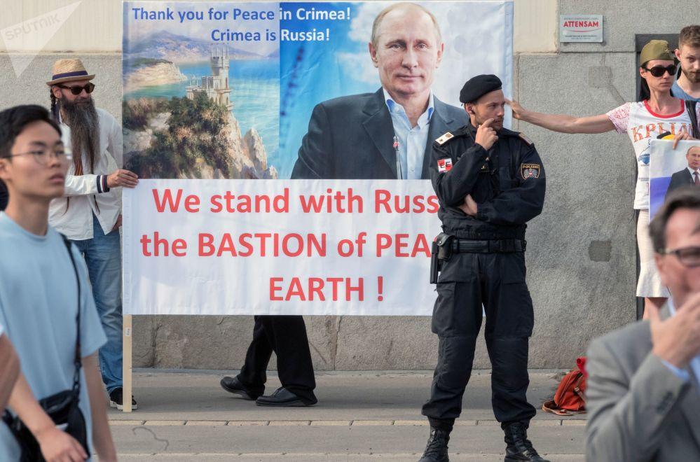 I cittadini austriaci appoggiano Vladimir Putin durante il suo incontro con il presidente dell'Austria Alexander Van der Bellen a Vienna.