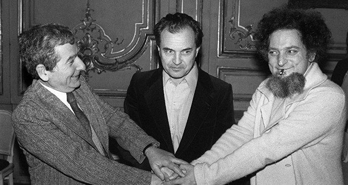 Lo scrittore e filosofo russo Alexandr Zinoviev con gli scrittori francesi François Sonkin e Georges Perec si congratulano per i vinti premi leterari, il 27 Novembre, 1978, Parigi.