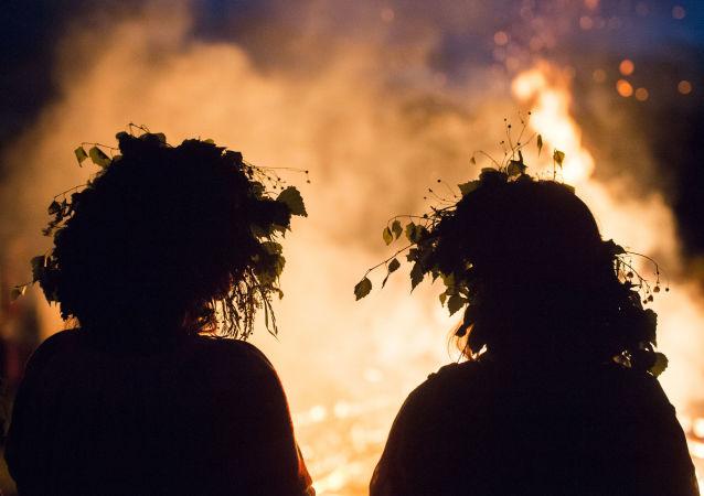Due ragazze alla festa del Solstizio d'Estate nel villaggio di Okunevo, vicino Omsk