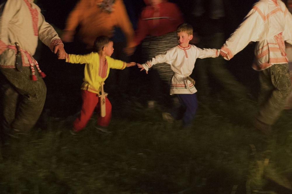 Due bambini alla festa del Solstizio d'Estate nel villaggio di Okunevo, vicino Omsk