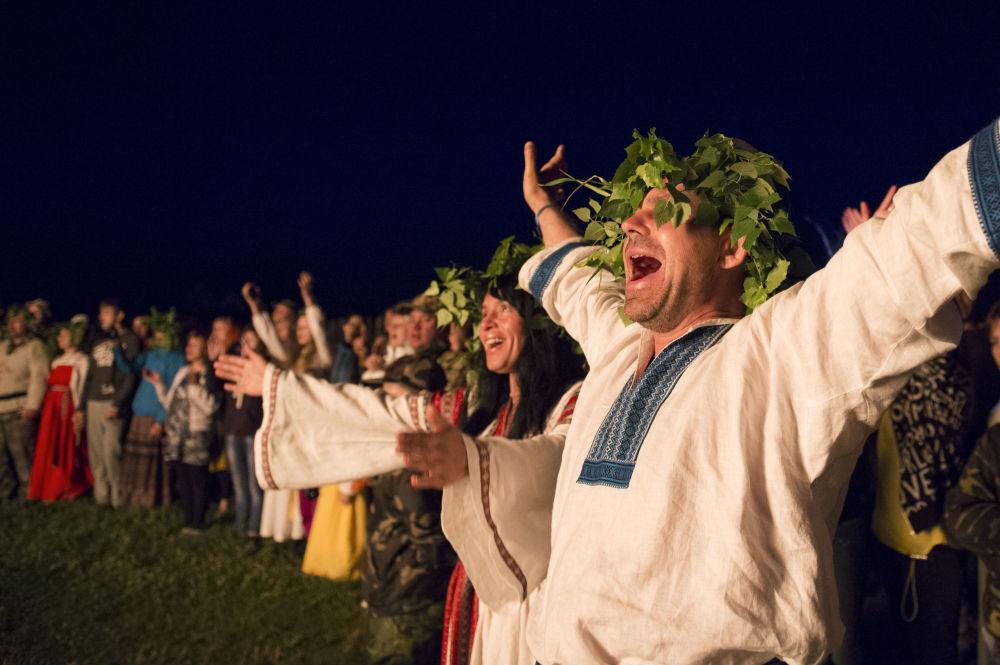 Gioia tra i partecipanti alla festa del Solstizio d'Estate ad Okunevo