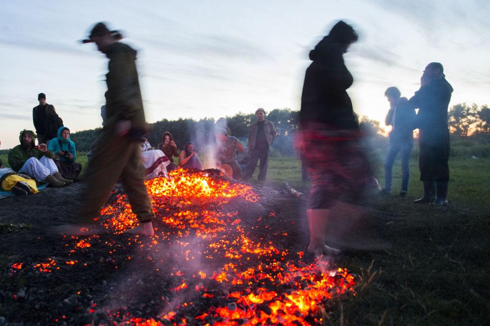Camminata sui carboni ardenti alla festa del Solstizio d'Estate ad Okunevo