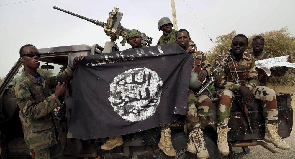 Militari nigeriani con una bandiera di Boko Haram
