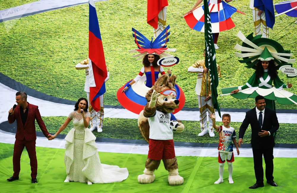 Robbie Williams e la cantante Aida Garifulina alla cerimonia di apertura del Campionato del Mondo di calcio 2018 allo stadio Luzhniki.