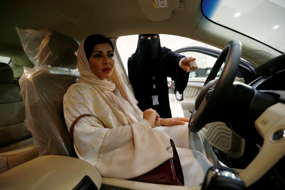 La donna chirurgo Fatima al-Nasseralah sceglie la sua futura auto in Arabia Saudita.