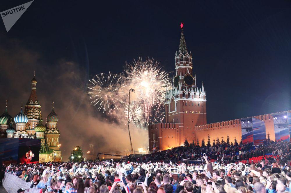 Fuochi d'artificio alle celebrazioni del Giorno della Russia in piazza Rossa, Mosca, Russia.