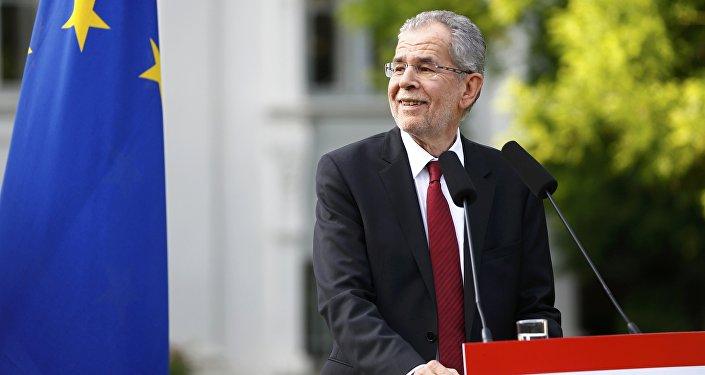 Left-wing independent candidate Alexander Van der Bellen smiles as he addresses the media after winning Austrian presidential election in Vienna, Austria, May 23, 2016