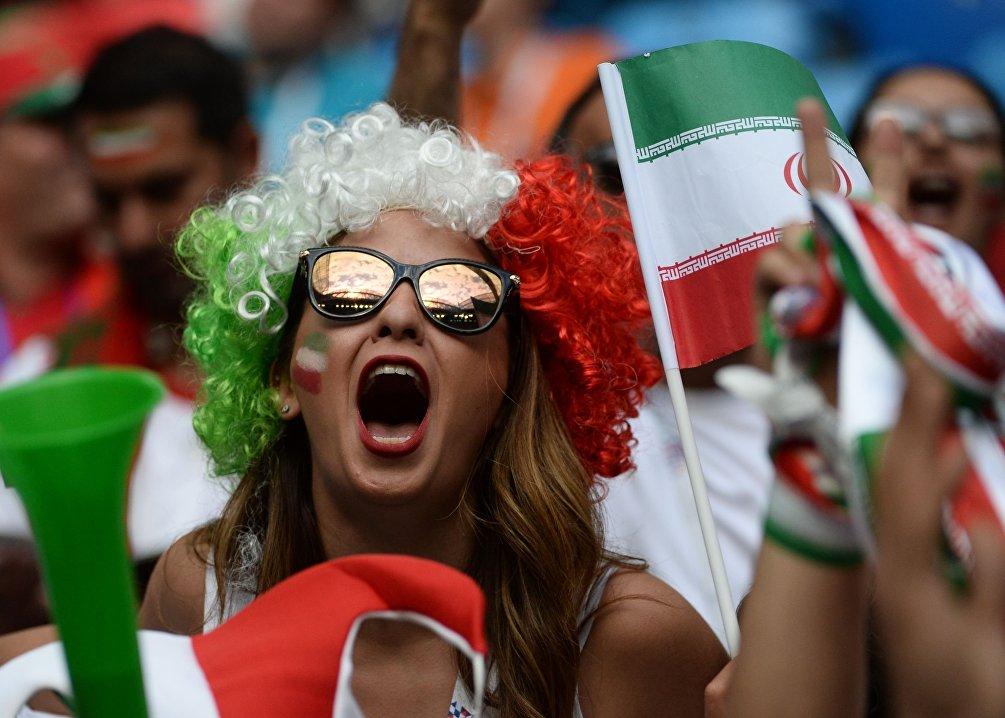 Una tifosa iraniana ai Mondiali: riusciranno i giocatori del Tim Mellì a fermare i favoriti della Spagna?