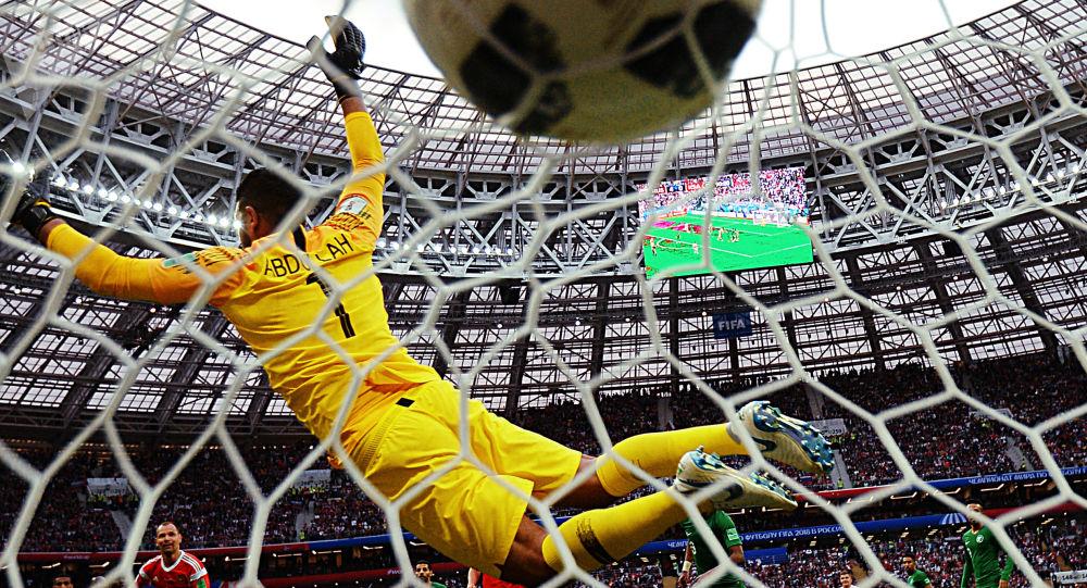Un pallone si insacca nella porta dello stadio Luzhiki di Mosca