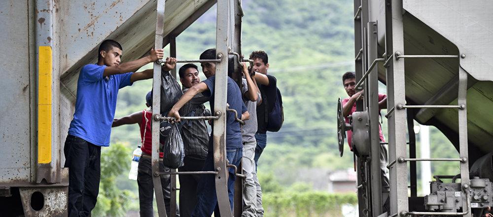 I migranti dell'America centrale vanno sul treno per arrivare alla frontiera tra il Messico e gli USA