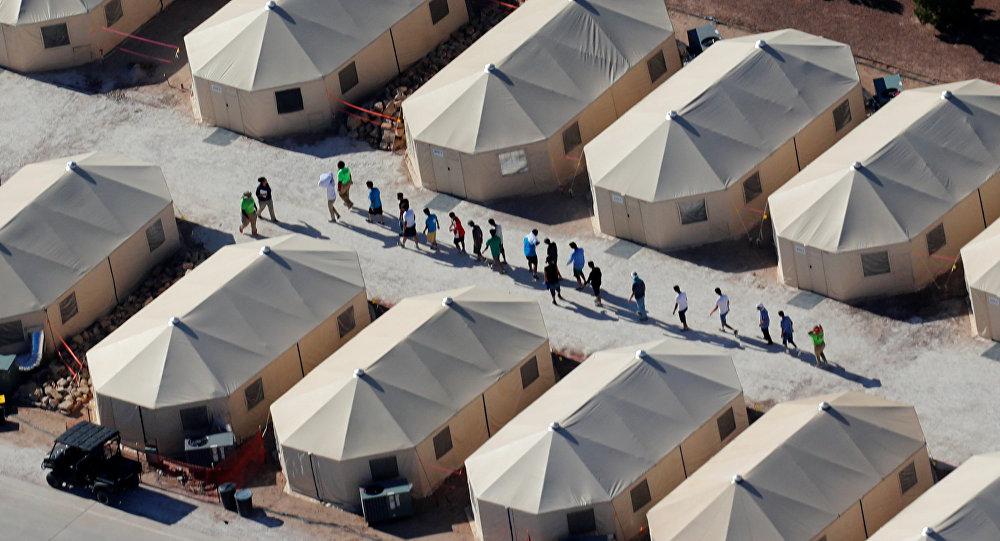 Alloggi per bambini immigrati al confine tra Messico e USA
