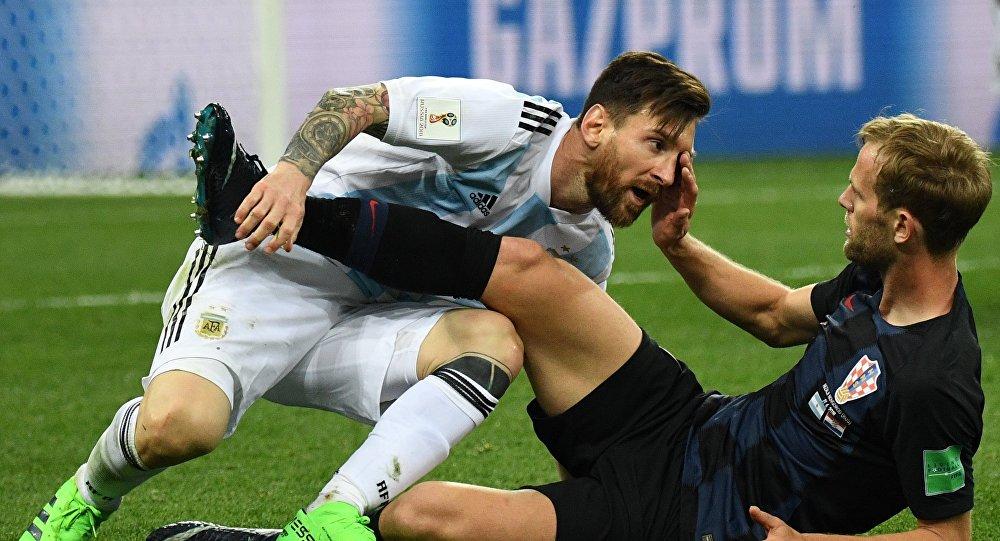Leo Messi si arrabbia con il giocatore croato Ivan Strinic