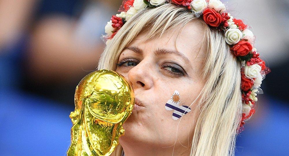 Una tifosa uruguaiana baccia la coppa del mondo